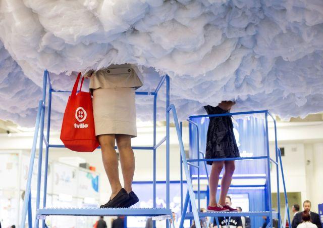 """Učesnice sveameričke Konferencije Mobile World Conference Americas u San Francisku pregledaju """"oblak"""", 12. septembar(Cayce Clifford/Bloomberg)"""