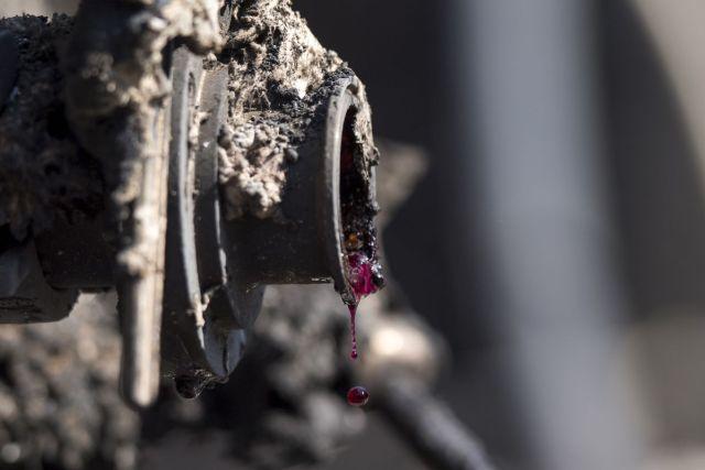 Vino kaplje iz bačve nakon vatrene stihije koja je spalila brojne vinograde i vinarije u Paradajs Ridžu, Kalifornija, 12.oktobar (David Paul Morris/Bloomberg)
