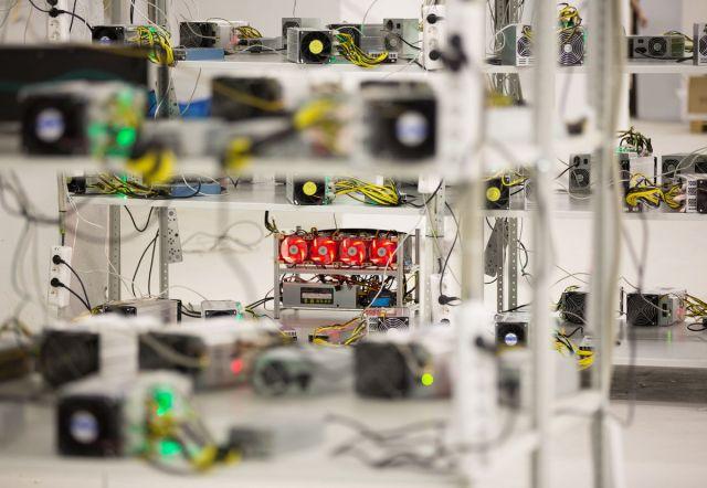 """Jedinice za električno napajanje i ventilatori za hlađenje povezanih sa računarima za """"kopanje"""" kripto-valute u rudarskom """"hotelu"""" u Moskvi 9. decembra (Andrey Rudakov/Bloomberg)"""