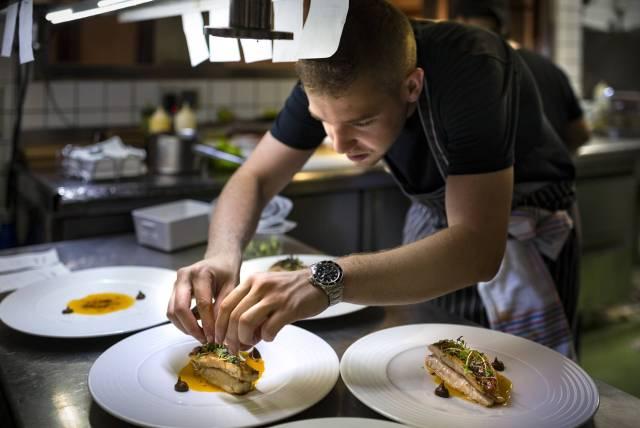 """Víctor Membibre u kuhinji madridskog restorana """"Membimbre"""" (Foto: Sofia Moro)"""