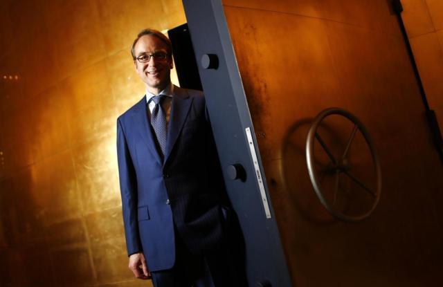 """Šef Bundesbanke Jens Vajdman pred sefom """"Muzeja novca"""" u Frankfurtu, odmah pored njegovog radnog mesta (REUTERS/Kai Pfaffenbach)"""
