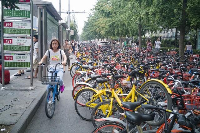 22. Šering-bicikli blokiraju put u Đjusijanćaou (Jiuxianqiao), okrug Čaojang u Pekingu (14. jul 2017, Zhangjin_net/ Shutterstock)
