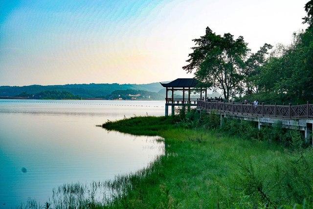 Prizor sa jezera Guju u gradu Longčang, jugoistočno od provincije Sečuan početkom avgusta. [Foto: bi You Zixiu/ China Daily]