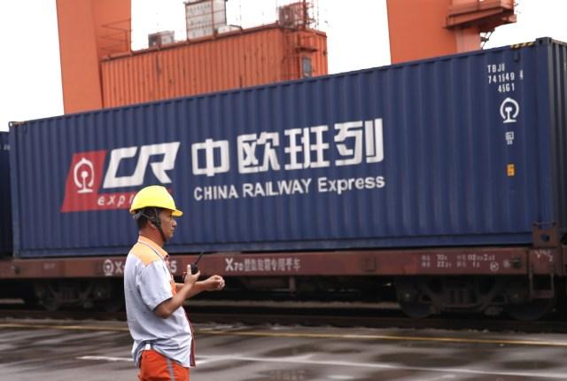 Železnički službenik nadzire teretni voz od Evrope ka Kini u sklopu CSECR programa (China Sino-Euro Cargo Railway, Evro-kineski program teretne železnice). Foto: Zou Hong / China Daily