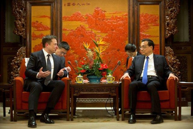 Kineski premijer Li Kećjang i izvršni direktor amaeričke kompanije Tesla, Elon Musk na svetskom Samitu lidera u Žongnanhaju u Pekingu, Kina, 9. januar 2019. [Foto / Agencije]