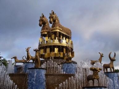 centralny plac i fontanna w kutaisi w gruzji
