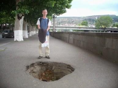 niespodzianka na chodniku dziura w tbilisi w gruzji