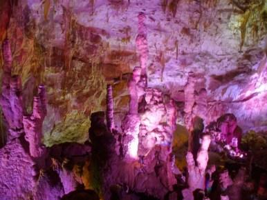 jaskinia prometeusza w tsaltubo w gruzji podświetlona kolorami trasa turystyczna