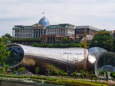 pałac prezydencki na wzgórzu w tbilisi w gruzji