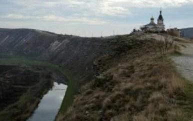 przełom rzeki raut i cerkiew w starym orhei w mołdawii