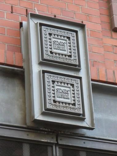 logo starego browaru w poznaniu na jednej ze ścian budynku