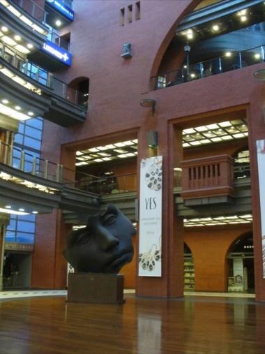 wnętrze starego browaru w poznaniu, widoczna rzeźba głowy