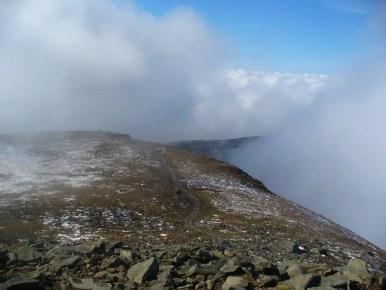 wierzchołek diablaka w chmurach w babiogórskim parku narodowym