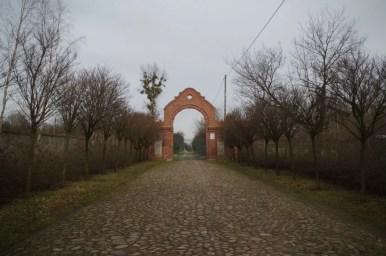 cmentarz żydowski w łodzi, widoczna stara brukowana kostka prowadząca do bramy cmentarza
