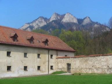 panorama trzech koron w pienińskim parku narodowym na tle klasztoru w czerwonym klasztorze na słowacji