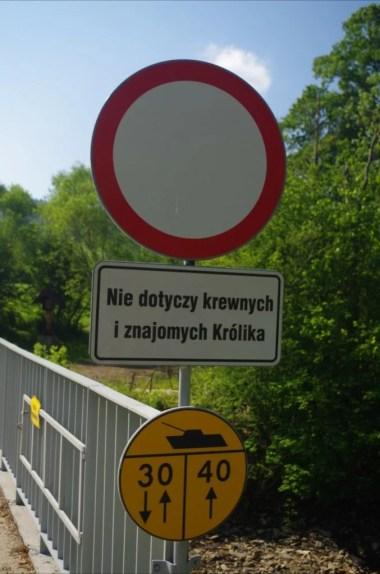 tajemniczy znak drogowy w opuszczonej dolinie czeremchy w beskidzie niskim