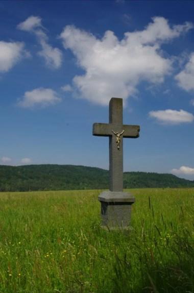 krzyż będący pamiątką po opuszczonej wsi czeremcha w beskidzie niskim