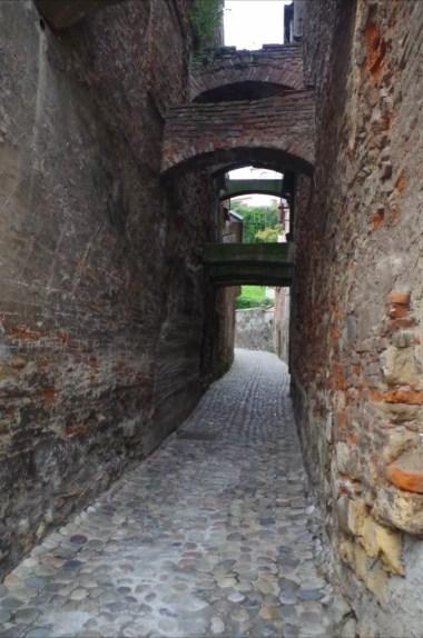 kamienna droga prowadząca na zamek w ptuju w słowenii