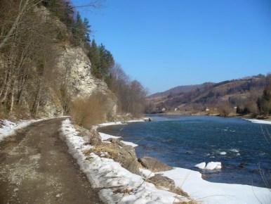 na szlaku z krościenka nad dunajcem na sokolicę, w pobliżu kapliczki świętej kingi, widok zimowy, pieniny