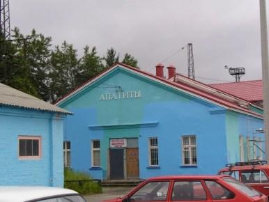 dworzec kolejowy w apatytach na półwyspie kolskim za kołem podbiegunowym w rosji