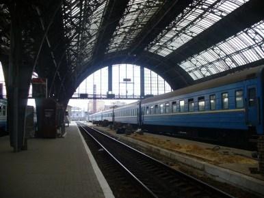 perony na dworcu kolejowym we lwowie, widoczny pociąg
