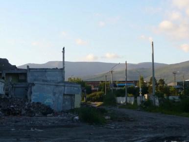 ruiny fabryki w apatytach na półwyspie kolskim za kołem podbiegunowym w rosji