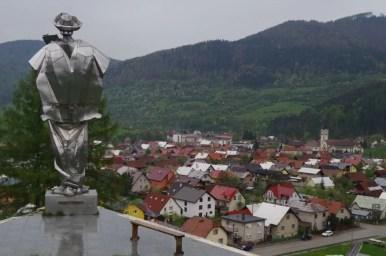 janosikova socha, czyli pomnik janosika w terchovej, widok na miasto
