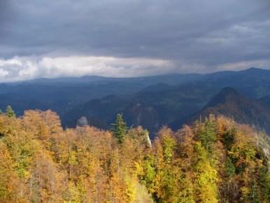 widok z trzech koron w pienińskim parku narodowym na beskid sądecki, w kolorowych barwach jesieni