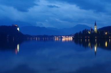jezioro bled w słoweńskich alpach widziane wieczorową porą, widoczny zamek bled