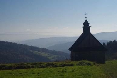 kapliczka na koskowej górze w beskidzie makowskim i widok na południe