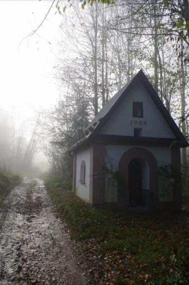 kapliczka w palczy na szlaku do bieńkówki w beskidzie makowskim