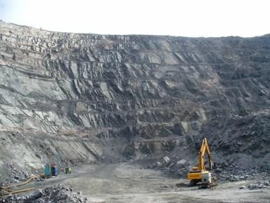 odkrywkowa kopalnia kwarcytów w olenegorsku w rosji na półwyspie kolskim, 300 m dziura w ziemi