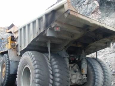 ogromna koparka w kopalni kwarcytów w olenegorsku w rosji na półwyspie kolskim
