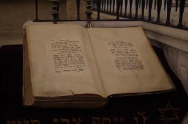 jedna z ksiąg żydowskich we wnętrzu starej synagogi na krakowskim kazimierzu