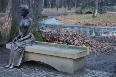 ławeczka księżnej alicji habsburg zlokalizowana w żywieckim parku