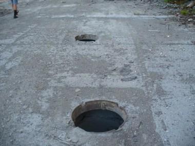 niezabezpieczone studzienki kanalizacyjne w rosji na półwyspie kolskim, za kołem podbiegunowym