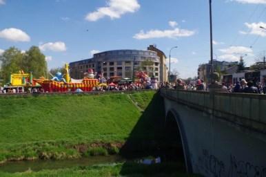 odpust emaus na krakowskim salwatorze, widoczne kramy i rzeka rudawa