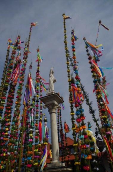pomnik świętego szymona z lipnicy oraz wielkanocne palmy na rynku w lipnicy murowanej