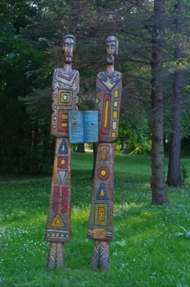 rzeźby z motywami łemkowskimi w parku zdrojowym w rymanowie-zdroju w beskidzie niskim