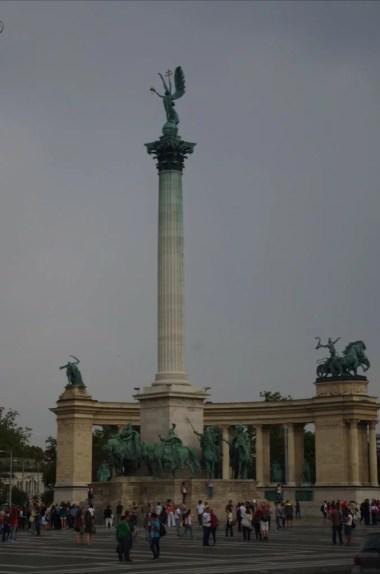 plac bohaterów na końcu alei andrassy'ego w budapeszcie na węgrzech