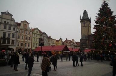 plac tyński w czeskiej pradze, widoczny jarmark bożonarodzeniowy