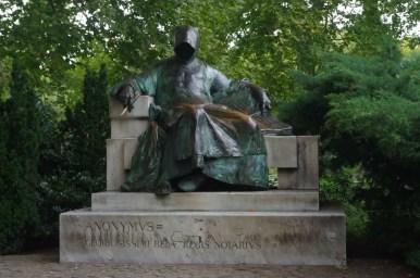 pomnik anonymusa, notariusza króla beli iii w budapeszcie na węgrzech
