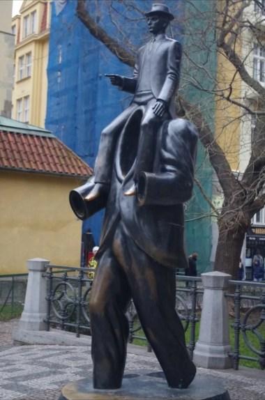 pomnik franza kafki w pradze w czechach