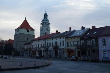 rynek w żywcu, widoczne kamieniczki i wieża katedry