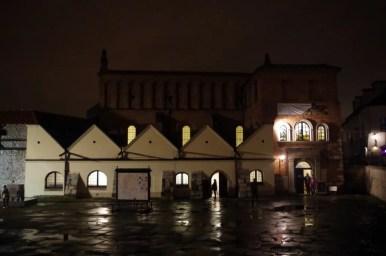 stara synagoga na krakowskim kazimierzu podziwiana nocną porą podczas nocy muzeów