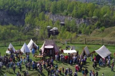 widok na kamieniołom liban w krakowie podczas corocznego święta rękawki pod kopcem krakusa, widoczne pozostałości po scenografii z filmu lista schindlera