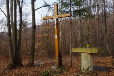 krzyż i ołtarz w przysiółku koleby przy żółtym szlaku z czupla do czernichowa w beskidzie małym