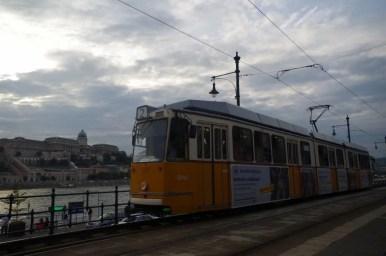 tramwaj nad dunajem w budapeszcie na węgrzech