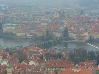widok z wieży petrin na most karola i wełtawę w pradze w czechach