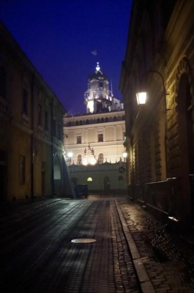 wieczorne uliczki jarosławia, widok na oświetlony ratusz